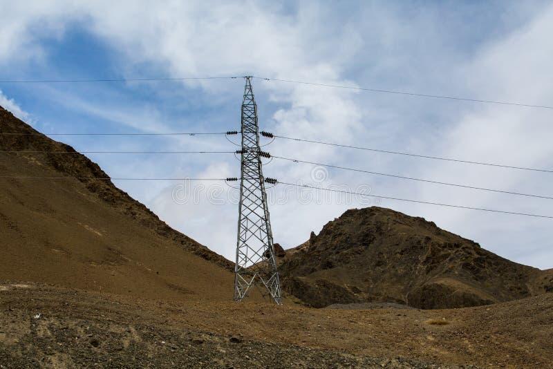 Riga ad alta tensione di trasmissioni di elettricità in Leh-Ladakh, dentro immagini stock libere da diritti