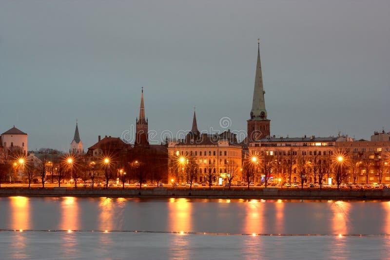 Riga alla notte immagini stock