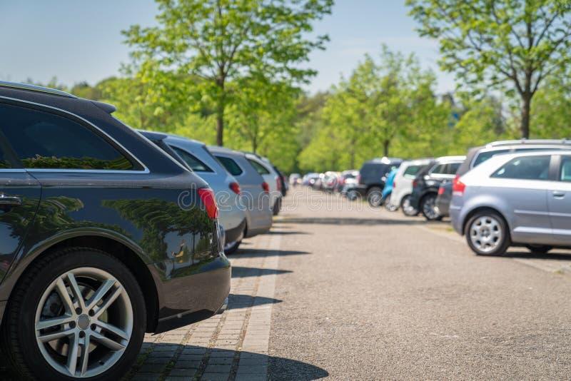 riga astratta di parcheggio del lotto di dof delle automobili della priorit? bassa poco profonda fotografia stock libera da diritti