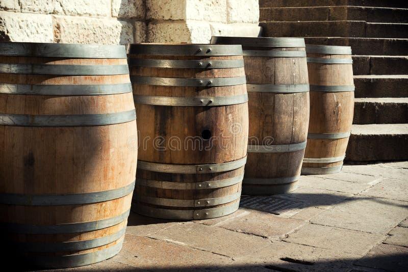 Riga dei barilotti di legno fotografie stock