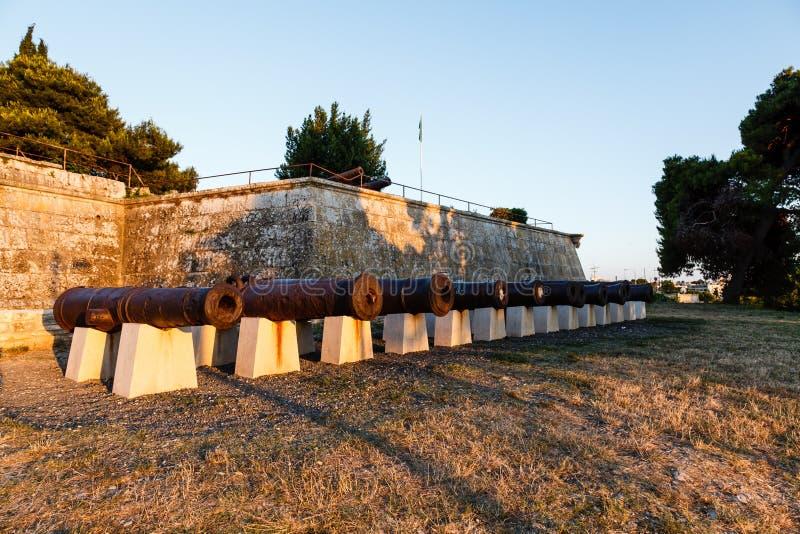 Riga dei cannoni nel castello medioevale nei PULA immagine stock libera da diritti