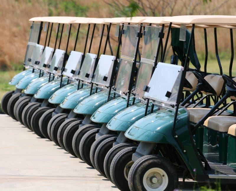 Riga dei carrelli di golf fotografie stock