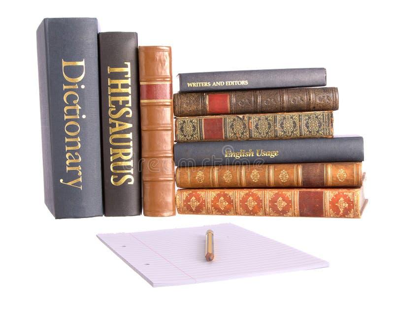 Riga dei libri di consultazione con documento e la matita fotografia stock
