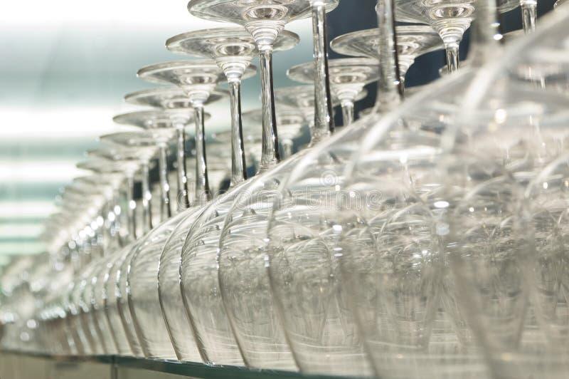 Riga dei vetri di vino immagini stock