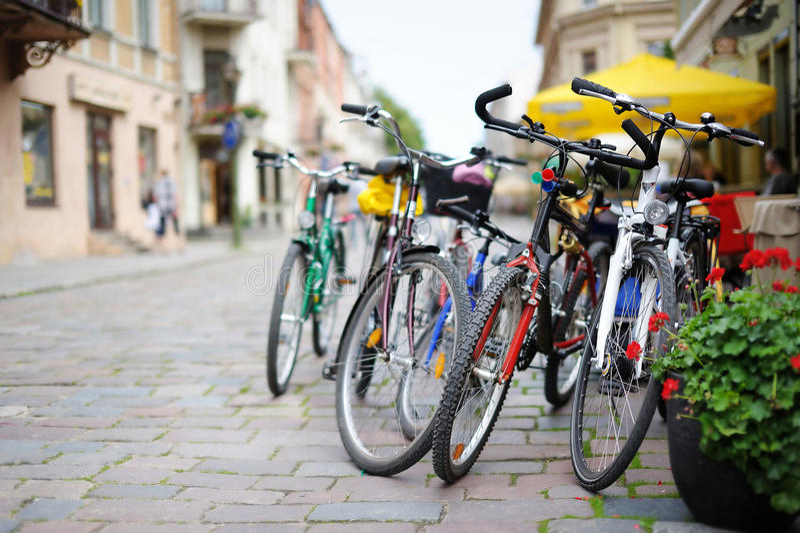 Riga delle bici variopinte parcheggiate immagini stock