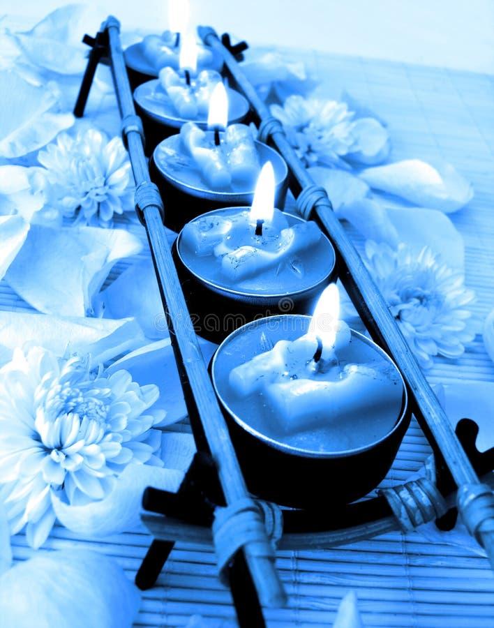 Riga delle candele blu fotografia stock libera da diritti