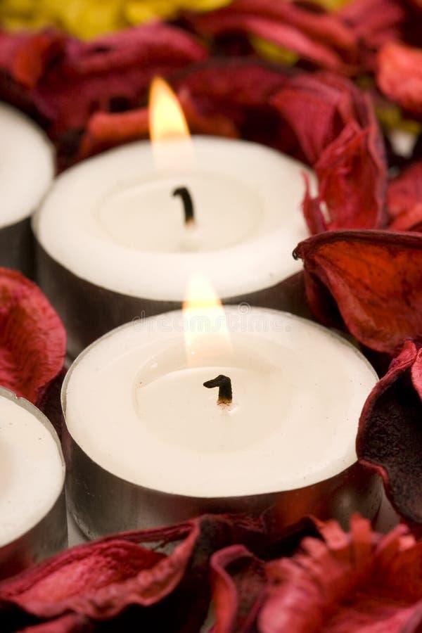 Riga delle candele con i petali di rosa immagini stock