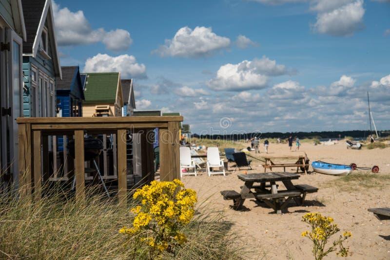 Riga delle capanne della spiaggia immagini stock