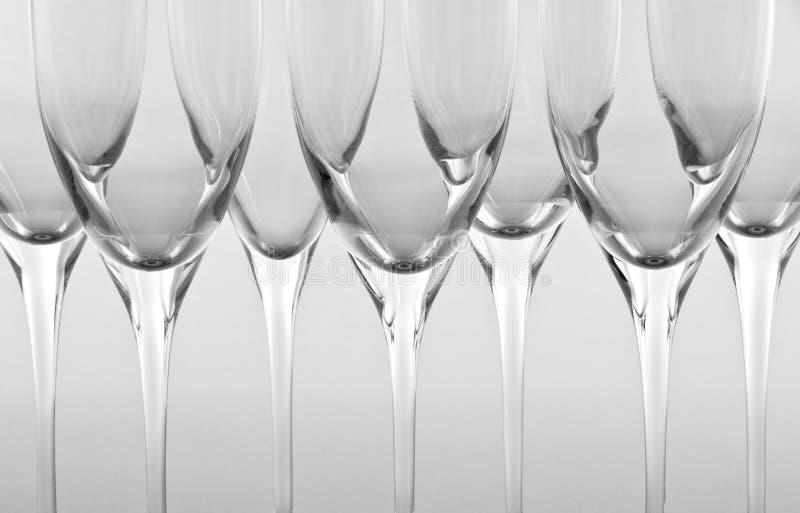 Riga delle scanalature di Champagne vuote immagine stock