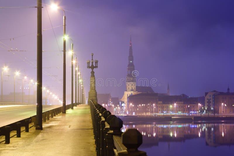 Riga in der Nacht lizenzfreie stockfotografie