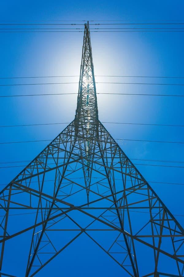 Download Riga di energia elettrica fotografia stock. Immagine di palo - 117976478