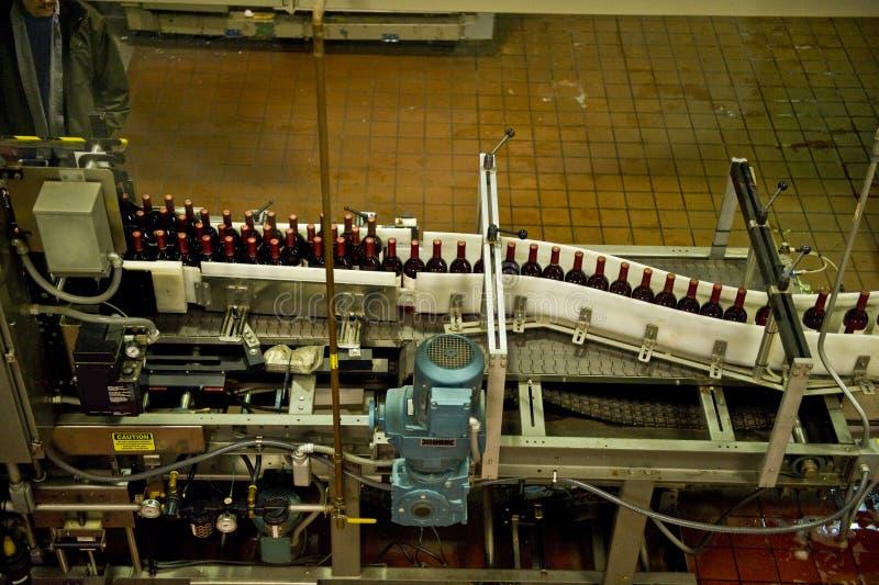 Riga di imbottigliamento del vino fotografie stock