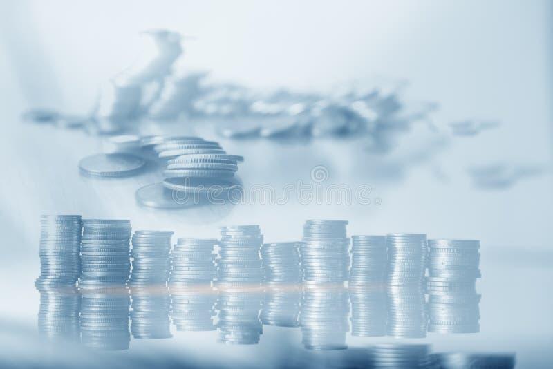 Riga di monete in blu per il concetto di finanza e risparmio,Investimenti, Economia immagine stock libera da diritti