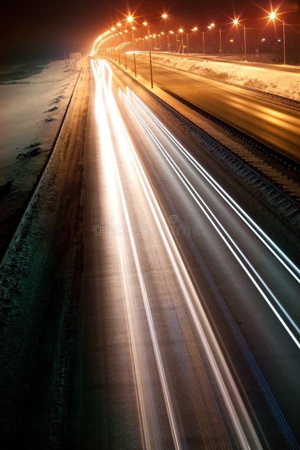 Riga di notte con le automobili immagini stock libere da diritti