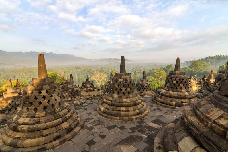 Riga di stupa del tempiale di Borobudur in Indonesia fotografie stock libere da diritti