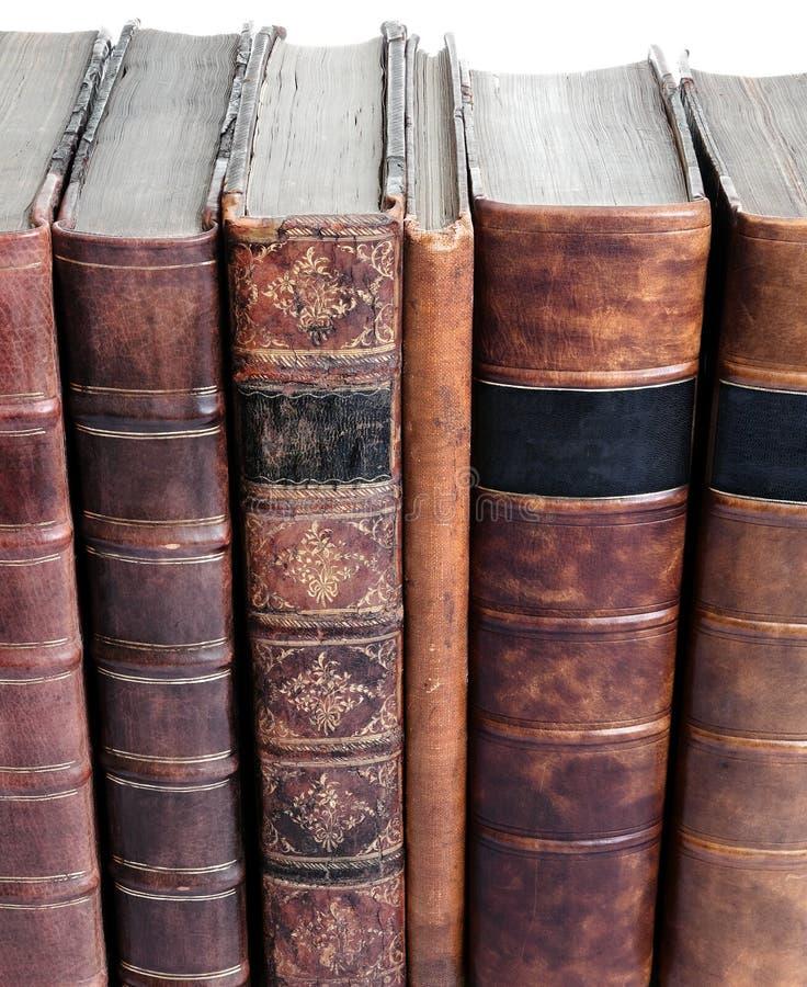Riga di vecchi libri rilegati di cuoio immagini stock