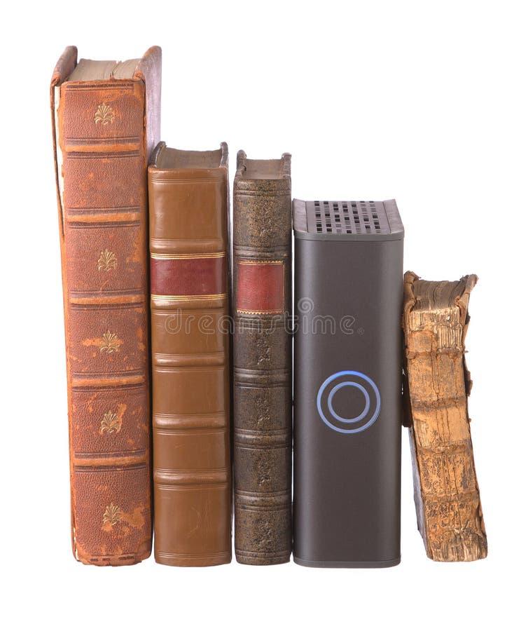 Riga di vecchi libri rilegati di cuoio e di un azionamento duro fotografia stock libera da diritti