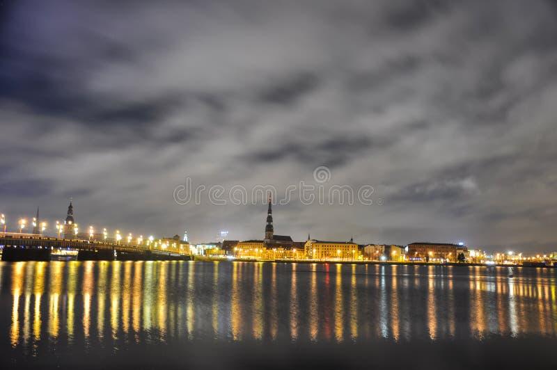 Riga en la noche foto de archivo