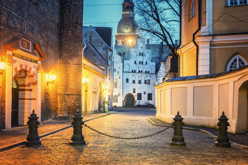 Riga en la noche, Letonia foto de archivo