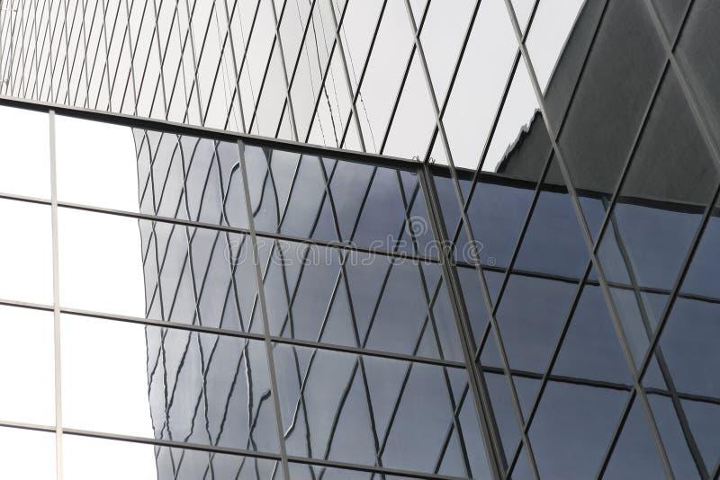 Riga infinita di finestre su un edificio per uffici immagini stock