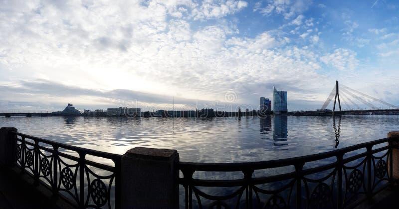Riga l'explorant image stock