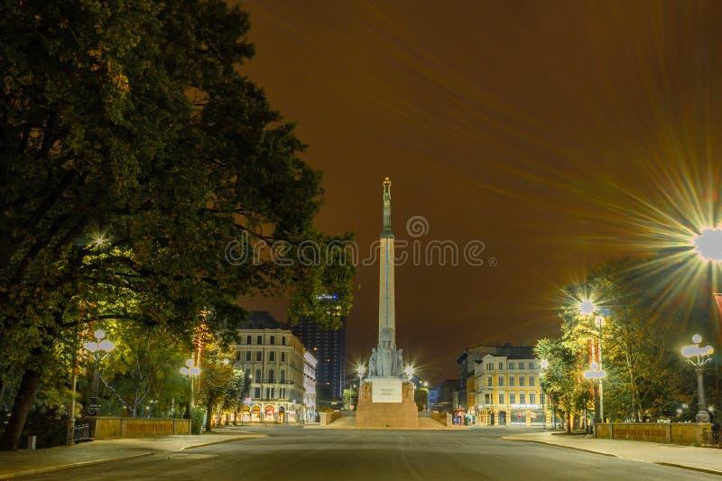 Riga la capital de Letonia en la noche Monumento de la libertad en el cuadrado de la independencia en Riga en el bulevar de Brivi fotos de archivo libres de regalías
