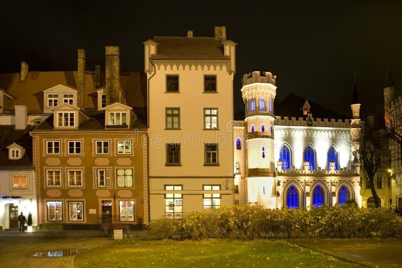 Riga. La casa y el pequeño gremio en la noche imágenes de archivo libres de regalías