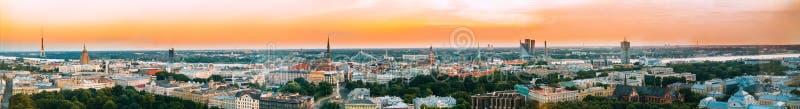 Riga, Latvia Arquitetura da cidade do panorama da vista aérea no por do sol Torre da tevê fotografia de stock royalty free