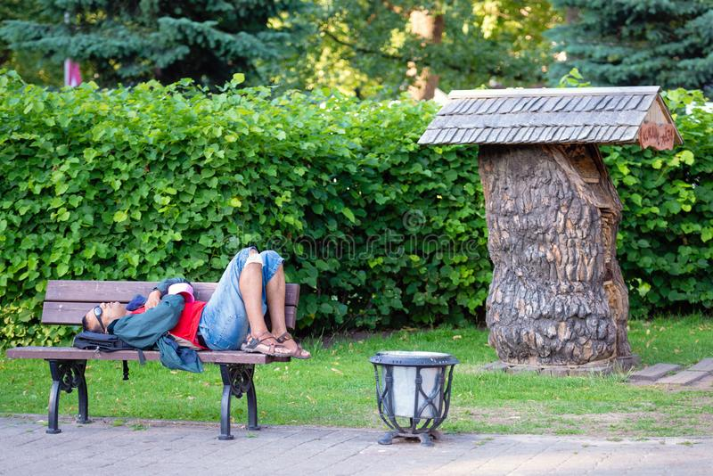 riga latvia - 8 DE JULIO DE 2018: En el parque en los sueños del banco imágenes de archivo libres de regalías