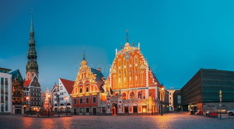 Riga, Latvia A igreja de Hall Square With St Peter da cidade, Schwabe fotos de stock
