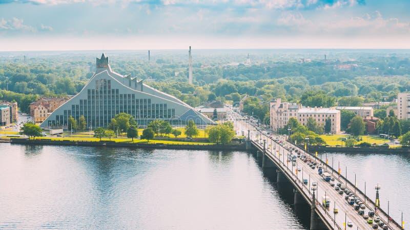 Riga, Latvia Inclinações de Akmens - rua de pedra da ponte no dia de verão imagem de stock royalty free