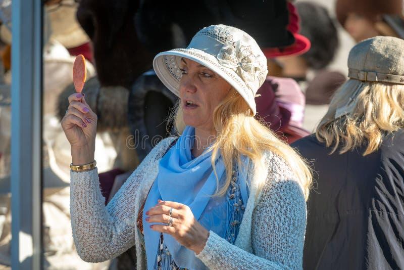 riga latvia - JULI 08, 2018: En kvinna i en hantverkmarknadstryin royaltyfria bilder
