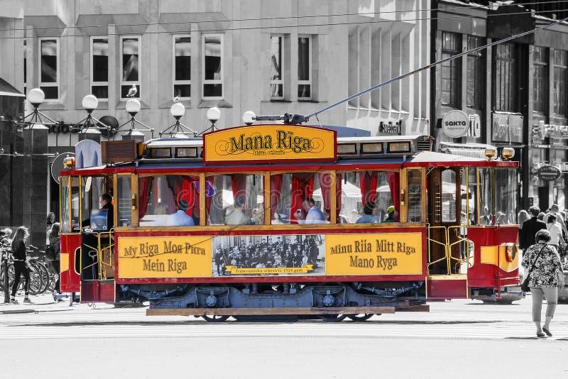 RIGA LATVIA-11 JULI 2017: gammal retro spårvagn på gatan av gammalt R royaltyfri fotografi