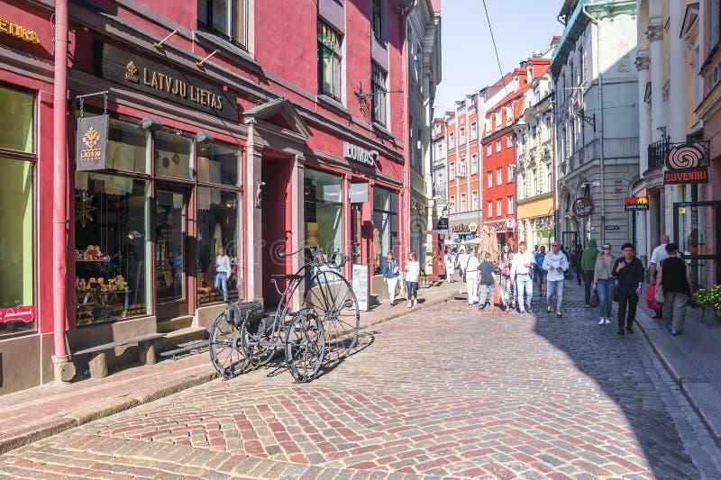 RIGA LATVIA-11 JULI 2017: Gammal turist- gata för Riga ` s av huvudstaden av Lettland arkivbild