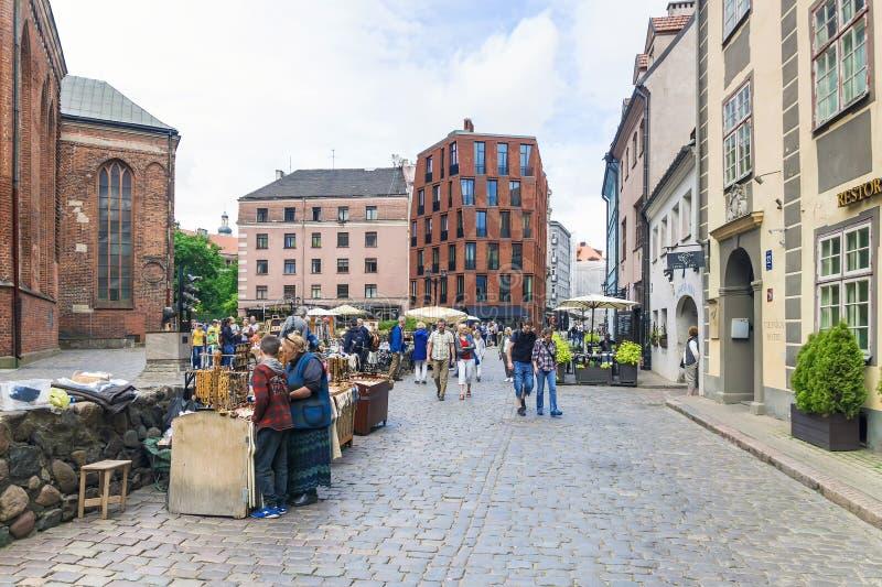 RIGA LATVIA-JULY 10, 2017: turist- gata i Riga med nationella souvenir royaltyfria bilder