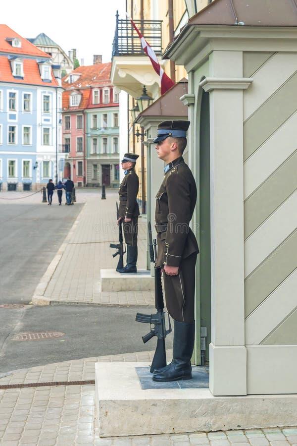 RIGA LATVIA-JULY 11, 2017: vakt av heder på den Riga slotten - presidents- uppehåll royaltyfri foto
