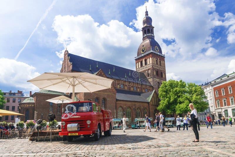 RIGA LATVIA-JUNE 10, 2017: Gatakaféer på kupolen kvadrerar i Riga royaltyfria foton