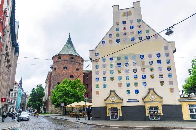 RIGA LATVIA-JUNE 12, 2017: Gatorna av den gamla staden av Riga Pulvertornet royaltyfri foto