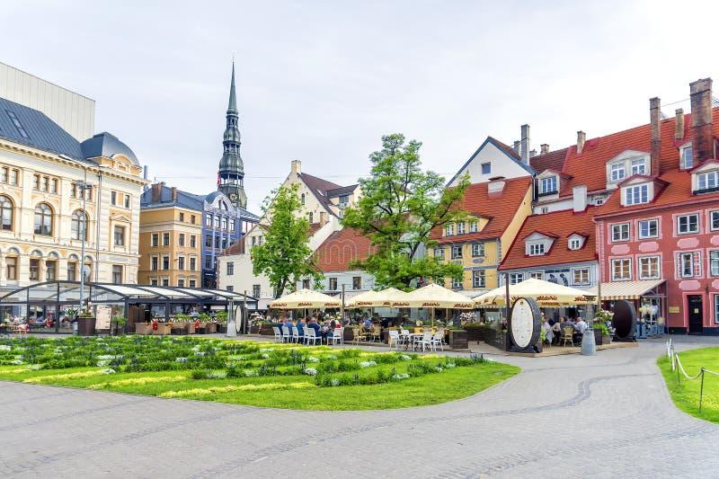 RIGA LATVIA-JUNE 10, 2017: Livu fyrkant är en viktig turist- sight av gamla Riga royaltyfri foto