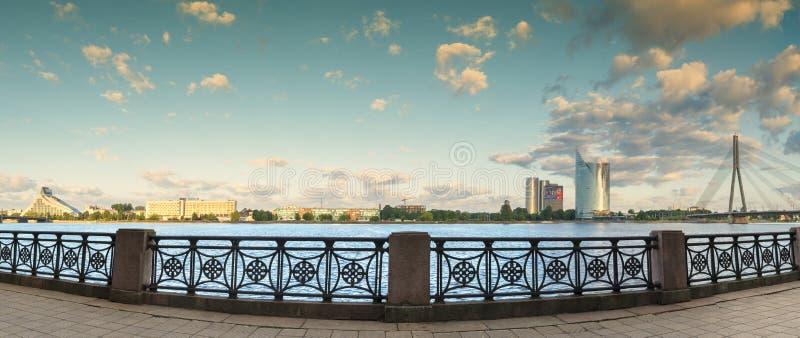 RIGA LATVIA-JUNE 25, 2017: Panoramautsikt på vänstersidabanken av Daugavafloden royaltyfri bild