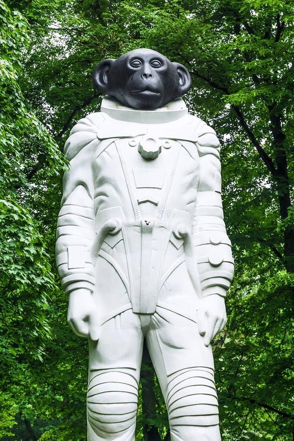 RIGA LATVIA-JUNE 12, 2017: Sam är en monument till att flyga för djur arkivbilder