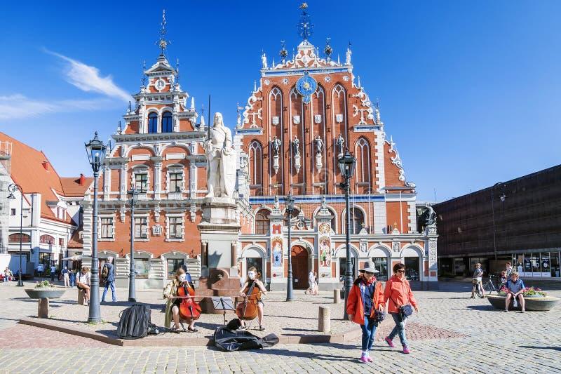 RIGA LATVIA-JUNE 10, 2017: Stad Hall Square - hus av pormaskarna i gammal stad av Riga royaltyfri fotografi