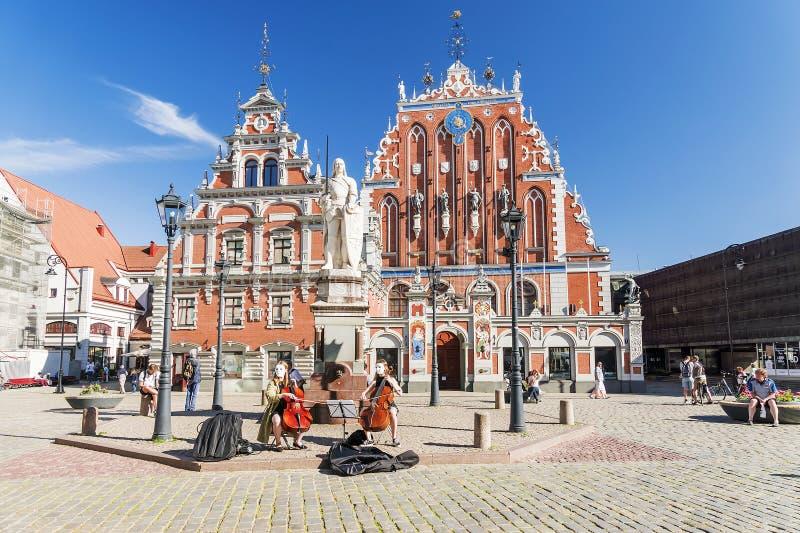 RIGA LATVIA-JUNE 10, 2017: Staden Hall Square är en av centren royaltyfri fotografi