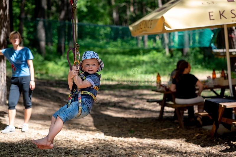 riga latvia - JUNI 17, 2018: I en familjrekreation parkera, A.C. arkivfoton