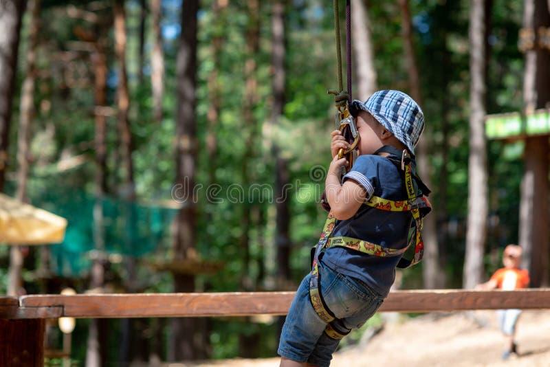 riga latvia - JUNI 17, 2018: I en familjrekreation parkera, A.C. royaltyfri foto