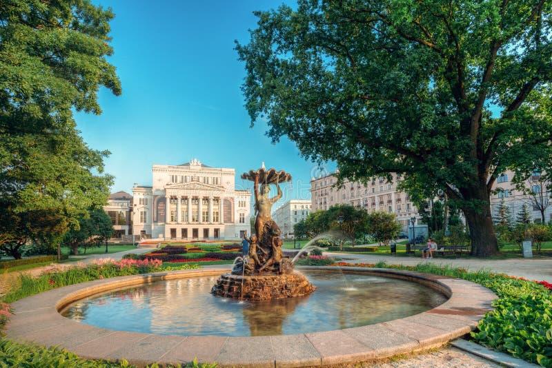 Riga, Latvia La ninfa de la fuente en agua salpica el bulevar de Aspazijas cerca de teatro de la ópera nacional foto de archivo libre de regalías