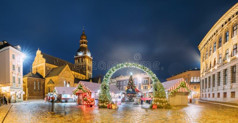 Riga, Latvia Mercado do Xmas no quadrado da abóbada com a catedral da abóbada de Riga imagem de stock royalty free