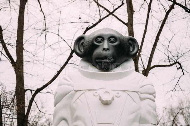 Riga, Latvia Monkey a estátua em um spacesuit no parque de Kronvalda ST imagens de stock royalty free