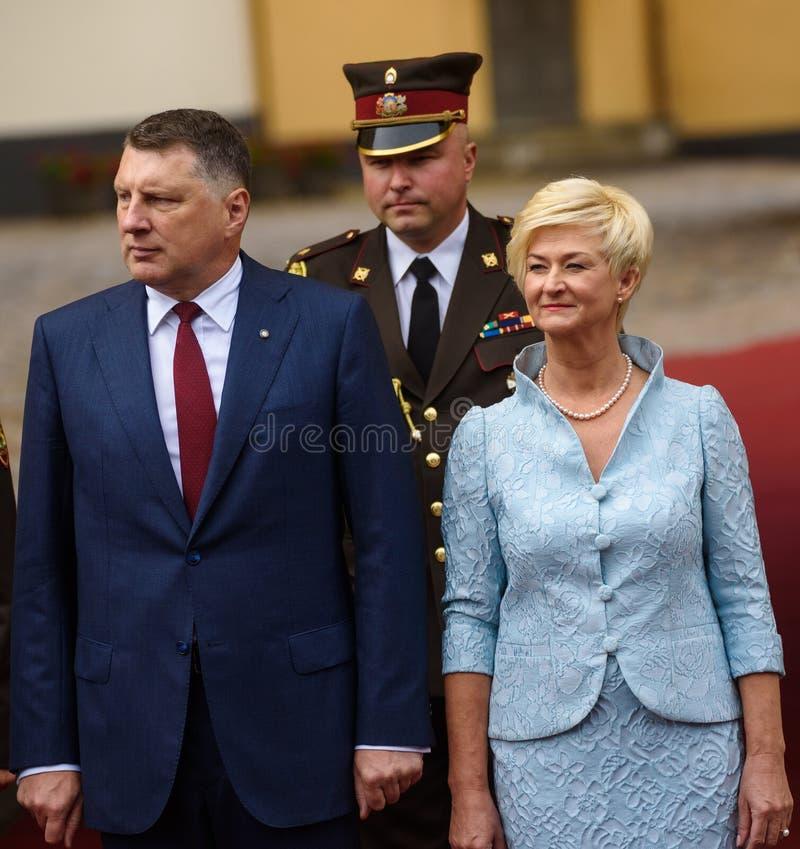Riga, Latvia 8o de julho de 2019 Raimonds Vejonis L, ex-presidente de Letónia e Sra. Iveta Vejone R foto de stock