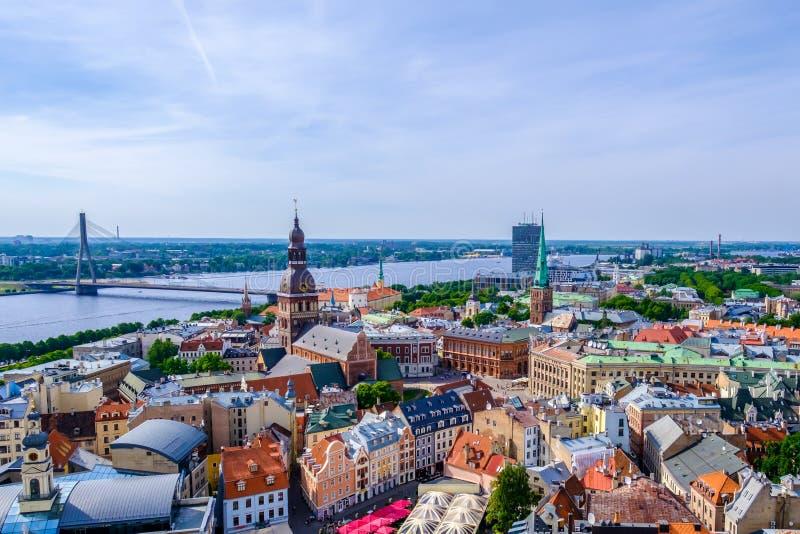 Riga, Latvia Opinión aérea sobre la ciudad vieja de la torre de la iglesia de San Pedro imagen de archivo